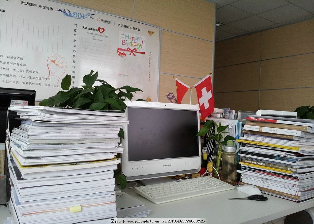 办公桌 杂乱办公桌 杂志 书籍 电脑 办公室 键盘 显示频 瑞士国旗
