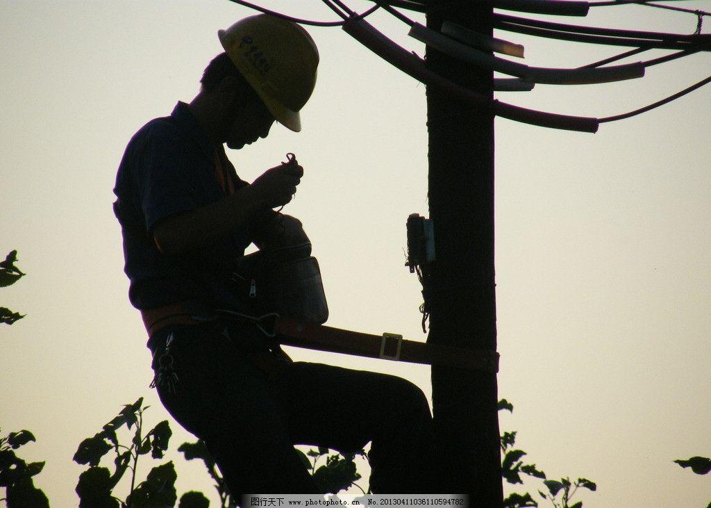 电线工人 暮色 电线杆