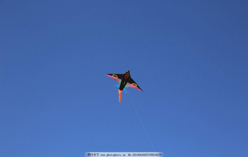 放风筝 蓝天 燕子图案 风筝 风筝线 红燕尾 放飞梦想 娱乐休闲 生活