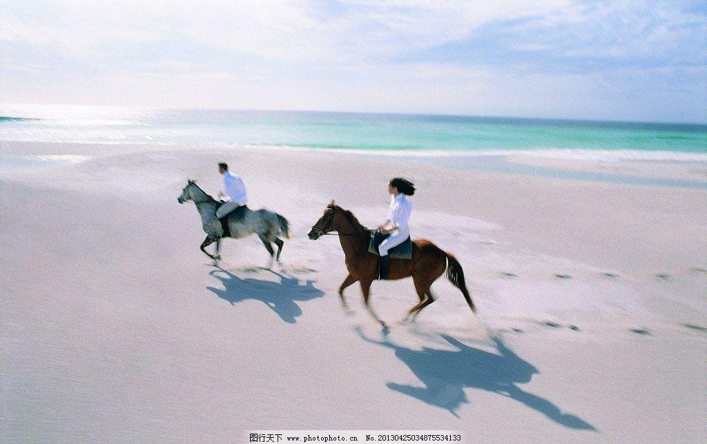 海边骑马情侣图片