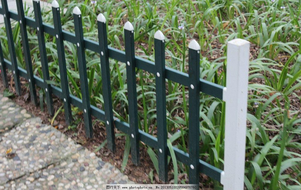 铁栅栏 栅栏 生活素材 生活百科 树木 石板路 小草 园林建筑 建筑园林