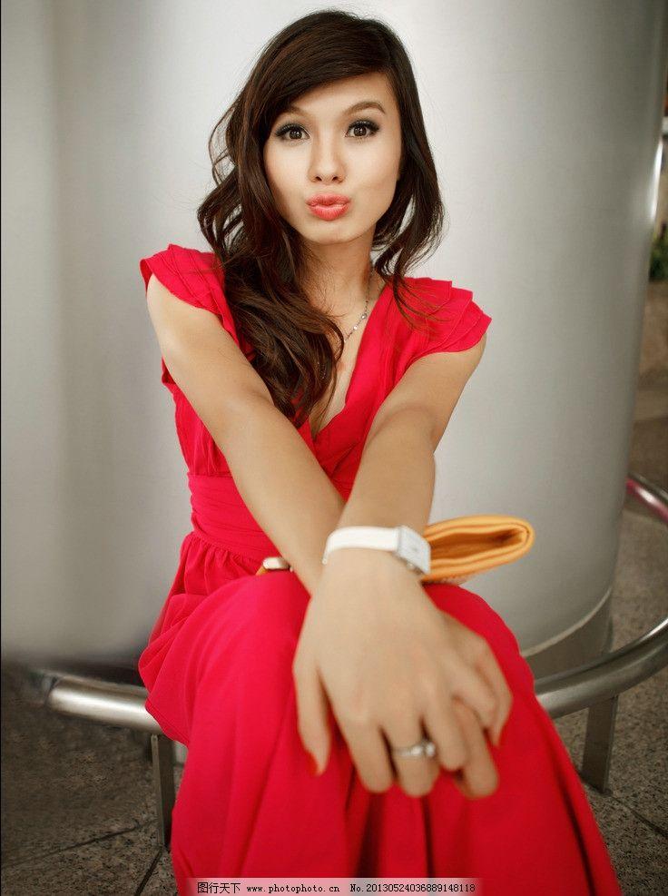 红裙美女图片