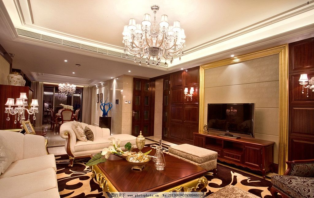 豪宅客厅 吊灯 台灯 沙发 地毯 相框 壁灯 电视 茶几 鲜花 室内摄影