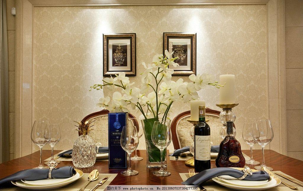 客厅餐桌 餐桌 画框 桌摆花 红酒 壁纸 家居生活 生活百科 摄影 240