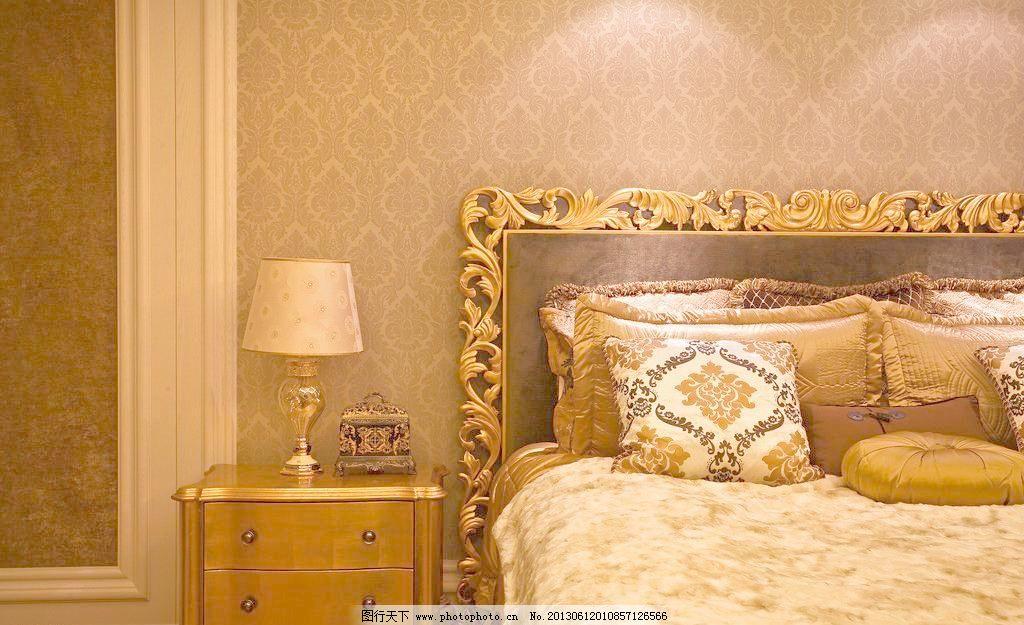 豪宅卧室室内图 台灯 欧式大床 欧式纹理床 床头柜 床头柜摆件 室内