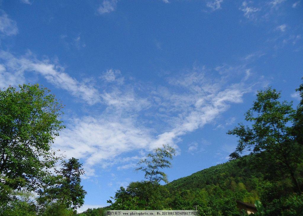 晴天 蓝天 白云 晴空 碧树 山坡 自然风景 自然景观 摄影 300dpi jpg图片