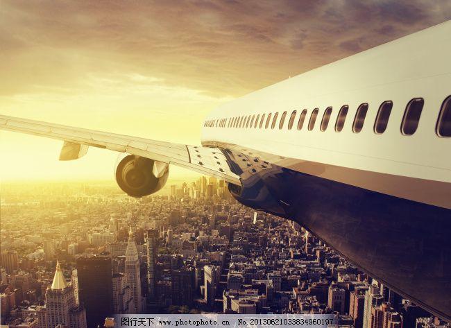 超低空飞过城市上空的飞机