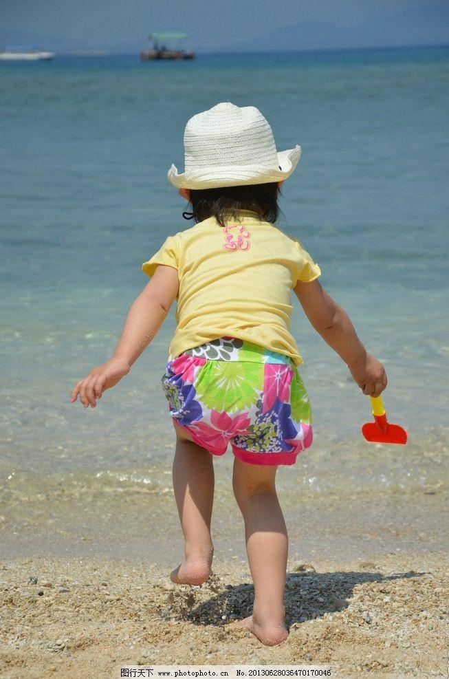 海边儿童背影图片